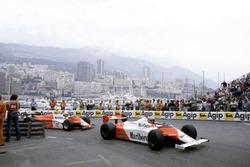 John Watson, McLaren MP4/1B-Ford Cosworth vor Andrea de Cesaris, Alfa Romeo 182