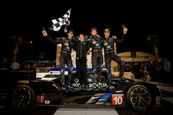 Les vainqueurs Ricky Taylor, Jordan Taylor, Alex Lynn, Wayne Taylor Racing
