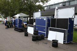 Williams FW40 unpacking wheel rims