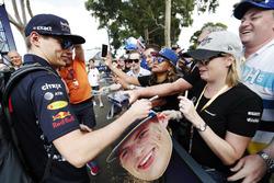 Max Verstappen, Red Bull Racing, signe des autographes aux fans