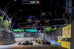 Valtteri Bottas, Mercedes AMG F1 W08, Carlos Sainz Jr., Scuderia Toro Rosso STR12, Nico Hulkenberg,
