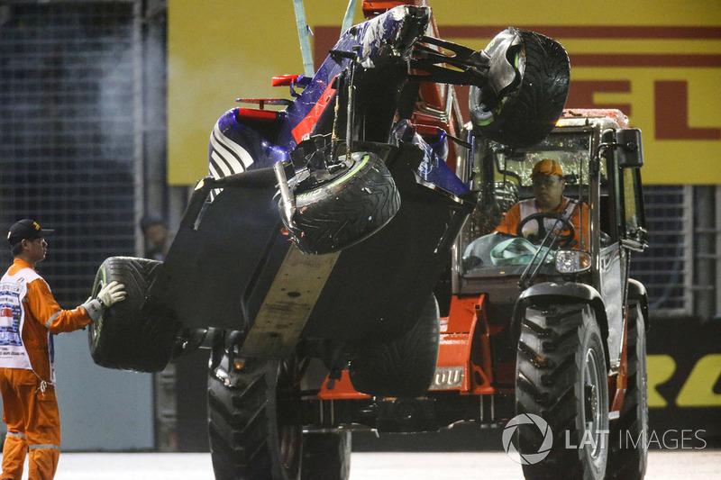 I marshals rimuovono la monoposto incidentata di Daniil Kvyat, Scuderia Toro Rosso STR12