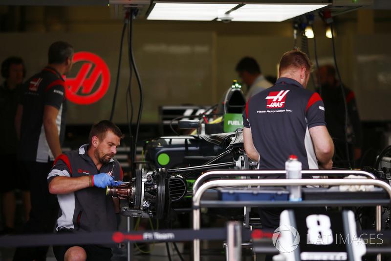 Mechaniker am Auto von Romain Grosjean Haas F1 Team VF-17