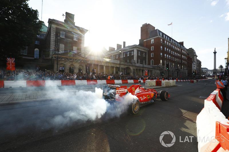 Sebastian Vettel, Ferrari, melakukan atraksi di jalanan