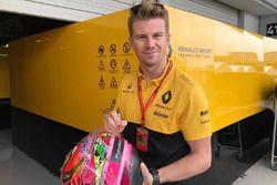 Нико Хюлькенберг, Renault F1 Team подписывает шлем Серхио Переса на аукционе в пользу пострадавших о