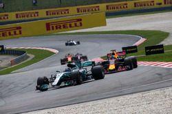 Valtteri Bottas, Mercedes-Benz F1 W08 y Daniel Ricciardo, Red Bull Racing RB13