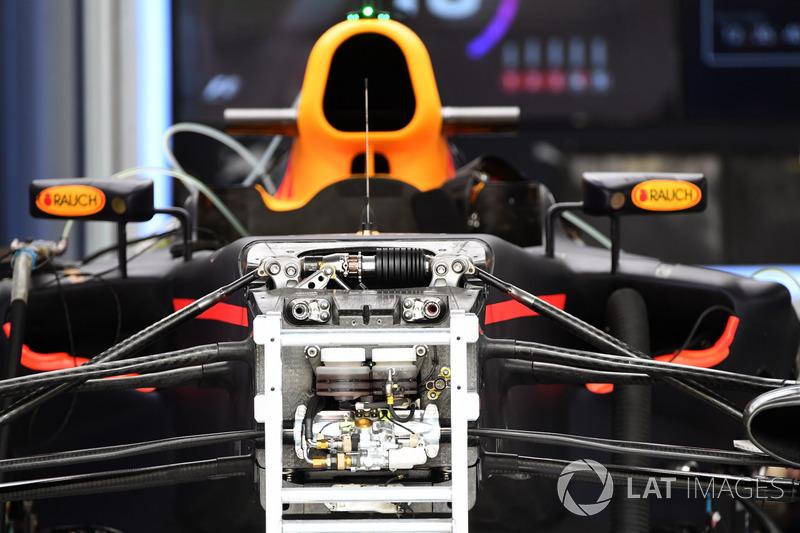 Red Bull Racing RB13 ön süspansiyon ve şasi detay