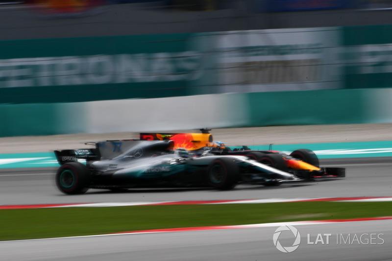 Daniel Ricciardo, Red Bull Racing RB13 e Valtteri Bottas, Mercedes-Benz F1 W08 lottano per la posizione