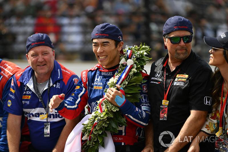 Takuma Sato, Michael Andretti, dueño de Andretti Autosport team celebra la victoria en la pista con Michael Andretti, dueño del equipo Andretti Autosport en la yarda de ladrillos