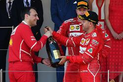 1. Sebastian Vettel, Ferrari, mit Riccardo Adami, Ferrari, Rennigenieur