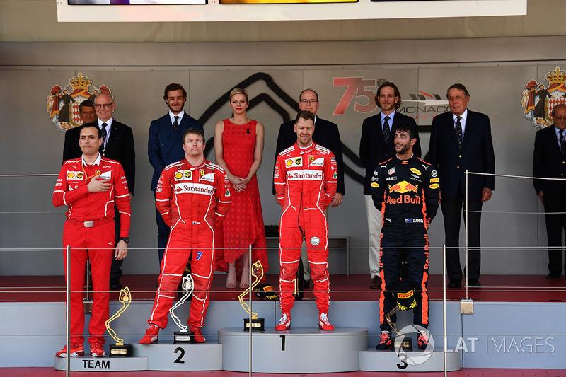 Гоночный инженер Ferrari Риккардо Адами, Кими Райкконен, Себастьян Феттель и Даниэль Риккардо