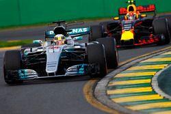 Lewis Hamilton, Mercedes AMG F1 W08, devant Max Verstappen, Red Bull Racing RB13