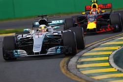 Льюис Хэмилтон, Mercedes AMG F1 W08, и Макс Ферстаппен, Red Bull Racing RB13