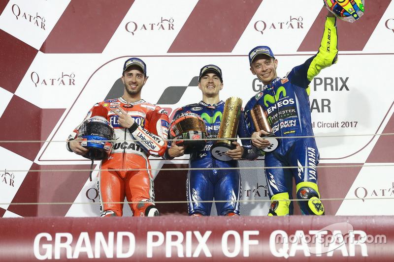 Podio: il secondo classificato Andrea Dovizioso, Ducati Team; il vincitore della gara Maverick Viñales, Yamaha Factory Racing; il terzo classificato Valentino Rossi, Yamaha Factory Racing