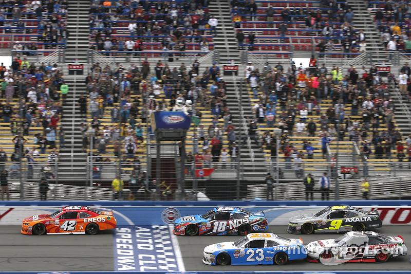 Restart: Kyle Larson, Chip Ganassi Racing, Chevrolet, führt