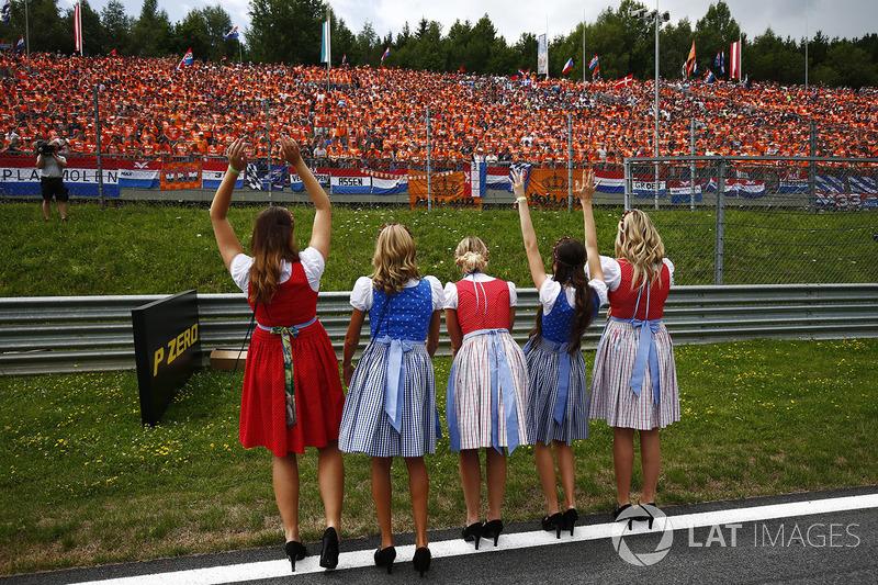 Австрійські дівчата вітають уболівальників
