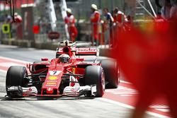 Kimi Raikkonen, Ferrar, stops in his pit