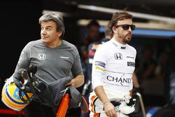 Fernando Alonso, McLaren, en el pit lane después de ser eliminado de la Q2