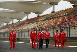 Sebastian Vettel, Ferrari avec Jock Clear, responsable de l'ingénierie, Ferrari, et Charles Leclerc, pilote de développement Ferrari