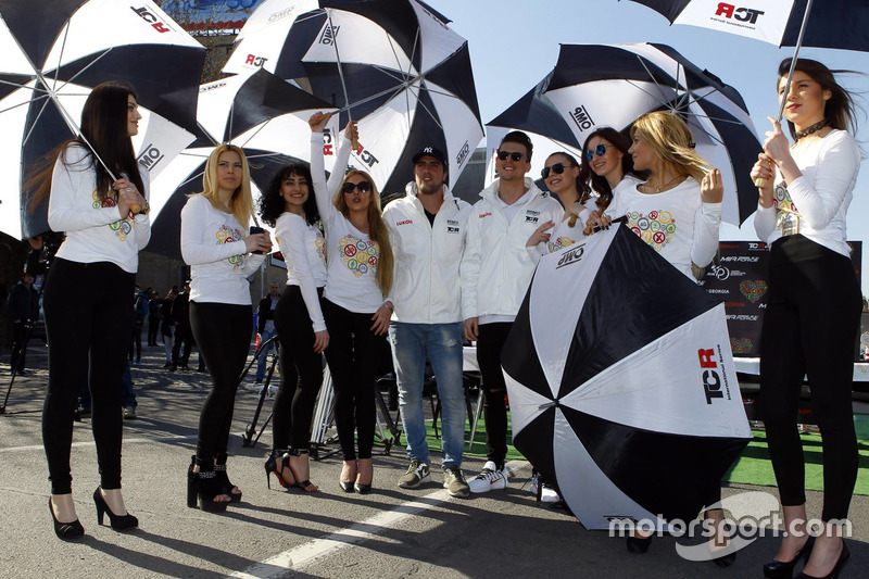 Pepe Oriola, Lukoil Craft-Bamboo Racing; Hugo Valente, Lukoil Craft-Bamboo Racing, mit Gridgirls