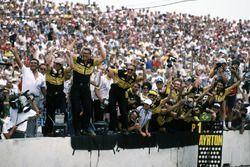 El equipo Lotus celebra como Ayrton Senna, Lotus 98T Renault al cruzar la línea de Victoria