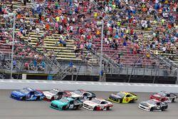 Elliott Sadler, JR Motorsports Chevrolet y Denny Hamlin, Joe Gibbs Racing Toyota