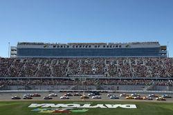 Chase Elliott, Hendrick Motorsports Chevrolet, leads the field past the green flag