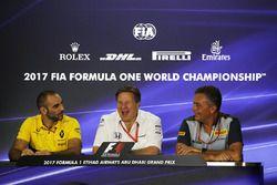 Управляющий директор Renault Sport F1 Сириль Абитбуль, исполнительный директор McLaren Technology Gr