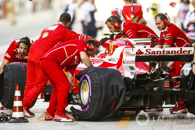 Ingegneri Ferrari eal lavoro sulla monoposto di Kimi Raikkonen, Ferrari SF70H