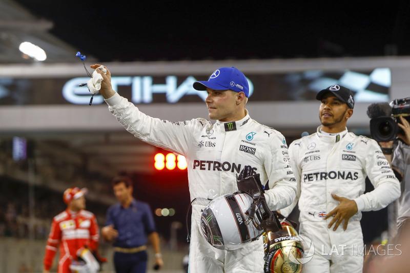 Ganador de la pole Valtteri Bottas, Mercedes AMG F1 y segundo Lewis Hamilton, Mercedes AMG F1