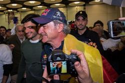 Гонщик Peugeot Sport Карлос Сайнс и его сын Карлос Сайнс-мл.