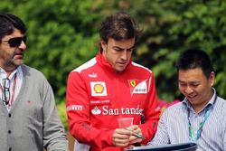 Manager Luis Garcia Abad, met Fernando Alonso, Ferrari