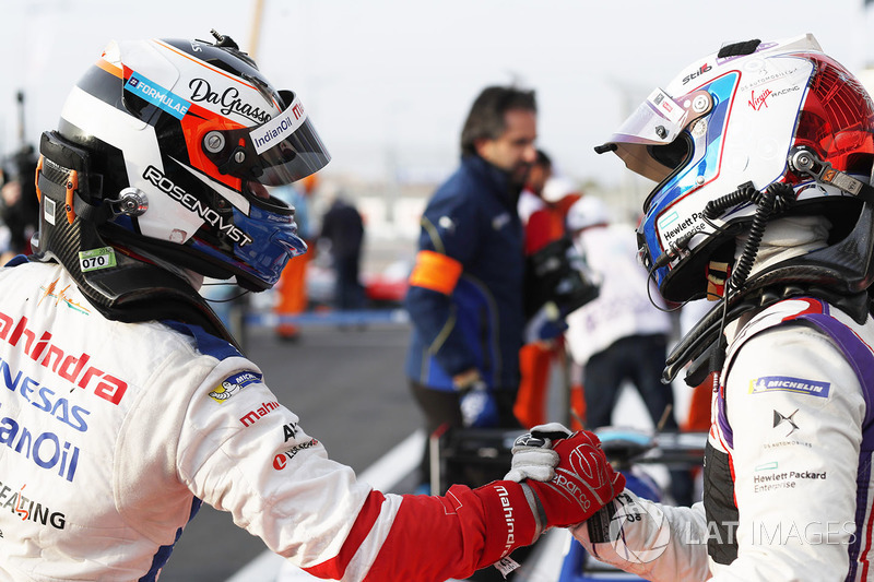 Ganador de la carrera Felix Rosenqvist, Mahindra Racing, celebra con Sam Bird, DS Virgin Racing,