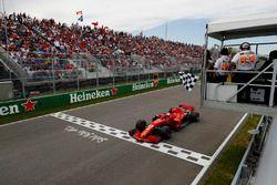 Sebastian Vettel, Ferrari SF71H ,toma la bandera a cuadros en el final