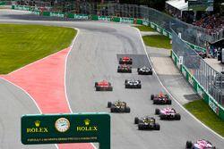 Sebastian Vettel, Ferrari SF71H, voor Max Verstappen, Red Bull Racing RB14, Valtteri Bottas, Mercedes AMG F1 W09, Lewis Hamilton, Mercedes AMG F1 W09, Kimi Raikkonen, Ferrari SF71H, en de rest bij de start