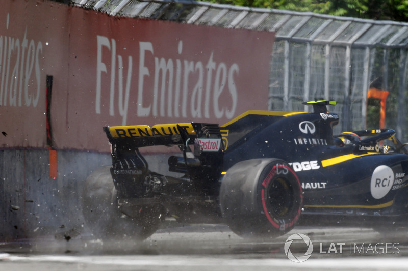 Carlos Sainz Jr., Renault Sport F1 Team R.S. 18 hits the wall in FP2