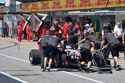 Romain Grosjean, Haas F1 Team VF-18 empjado en el pit lane durante la calificación