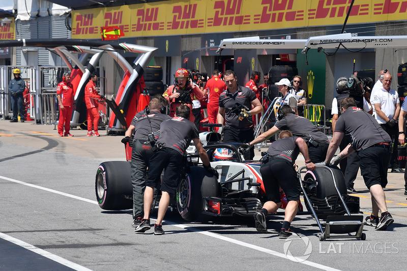 Romain Grosjean, Haas F1 Team VF-18 poussé dans la voie des stands