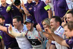 Racewinnaar Sam Bird, DS Virgin Racing, viert feest met zijn team