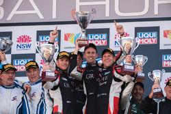 Подиум, класс B: победители Стивен Гроув, Брентон Гроув и Бенджамин Баркер, Grove Motorsport