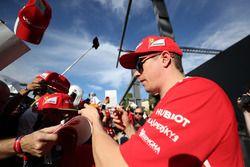 Kimi Raikkonen, Ferrari deelt handtekeningen uit