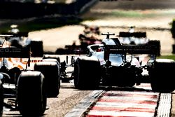 Romain Grosjean, Haas F1 Team VF-18 Ferrari, passe devant Fernando Alonso, McLaren MCL33 Renault