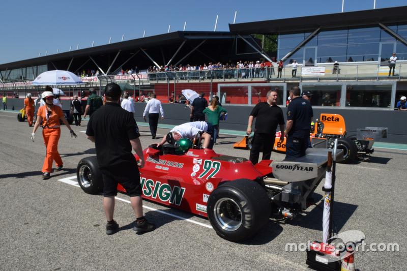 Классическая машина Ф1 на стартовой решетке