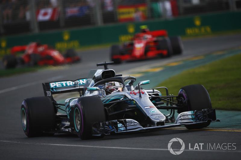 Lewis Hamilton, Mercedes AMG F1 W09, Kimi Raikkonen, Ferrari SF71H, y Sebastian Vettel, Ferrari SF71H