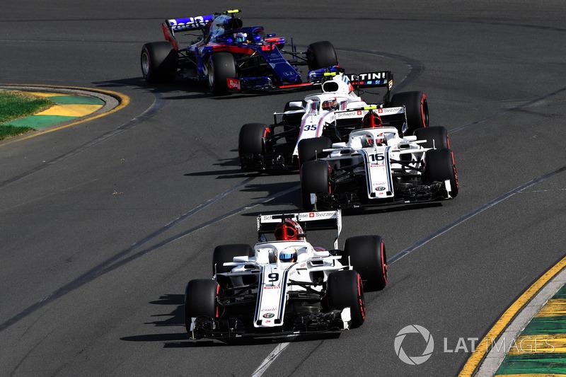 Marcus Ericsson, Sauber C37 precede Charles Leclerc, Sauber C37
