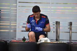 Un mécanicien de la Scuderia Toro Rosso et des pneus Pirelli