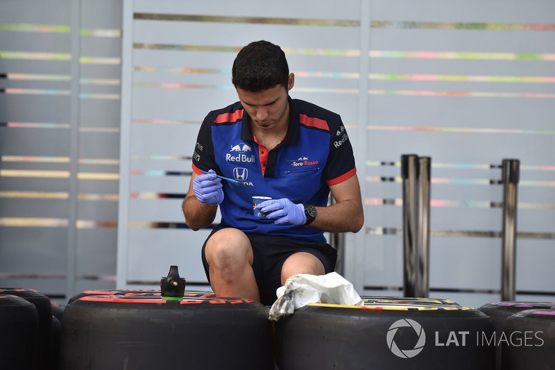 Mekanik Scuderia Toro Rosso dan Pirelli tyres