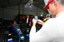El locutor, el panelista de TV, el ex jugador de cricket internacional de Inglaterra Andrew Freddie Flintoff lleva el auto de Fórmula E a la pista con Kevin Pietersen, ex jugador de cricket inglés