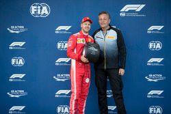 Sebastian Vettel, Ferrari reçoit le trophée de la pole position des mains de Mario Isola, directeur de la compétition de Pirelli