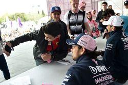 Esteban Ocon, Force India F1 prend un selfie avec des fans lors de la séance d'autographe